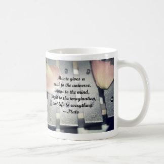 La música da diseño del rosa de las campanas del a tazas