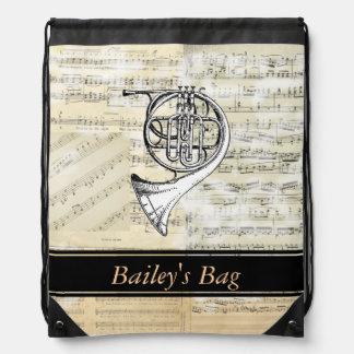 La música de la trompa personalizó la mochila del