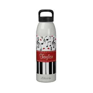 La música del piano observa la botella de agua BPA