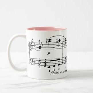 La música está sintiendo la taza de café