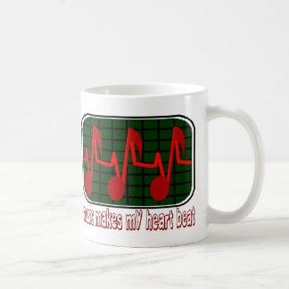 La música hace mi golpe de corazón taza de café