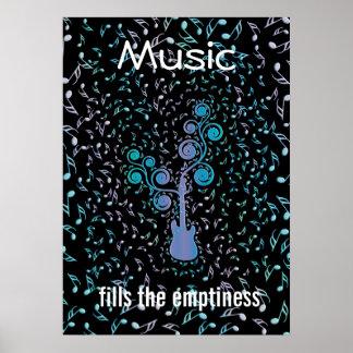 La música llena la guitarra del vacío y observa el póster