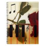 La música observa destino del flor del rosa rojo d libros de apuntes con espiral