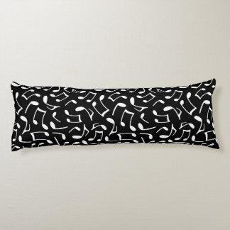 La música observa el modelo blanco y negro almohada