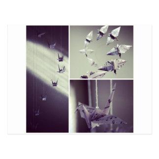 La música observa el móvil de la grúa de Origami Postales