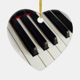 La música observa el ornamento del teclado de adorno navideño de cerámica en forma de corazón