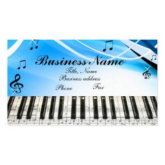 La música observa la tarjeta de visita del teclado