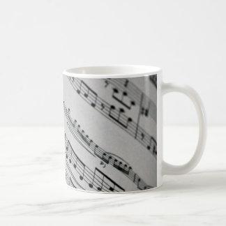 la música observa partitura tazas