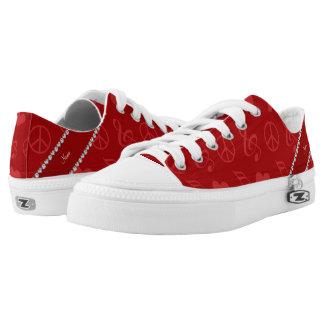 La música roja conocida observa el signo de la paz zapatillas