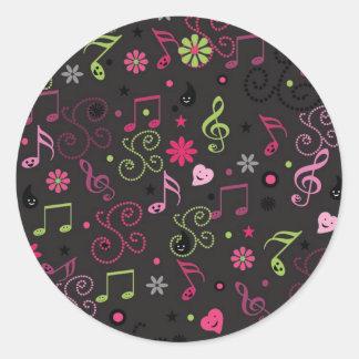 La música sonriente adorable linda observa las pegatina redonda