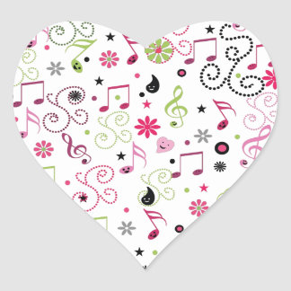 La música sonriente adorable linda observa las pegatina en forma de corazón