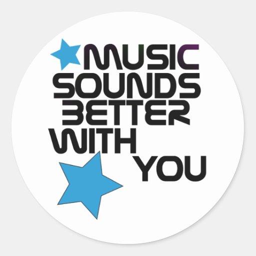 La música suena mejor con usted pegatina redonda