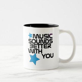 La música suena mejor con usted taza dos tonos