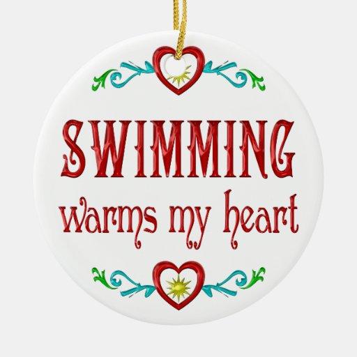 La natación calienta mi corazón adorno navideño redondo de cerámica