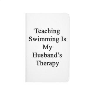 La natación de enseñanza es la terapia de mi cuaderno grapado