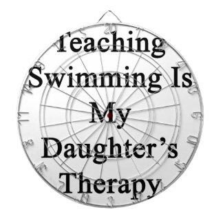 La natación de enseñanza es la terapia de mi hija tabla dardos