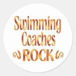 La natación entrena la roca etiqueta redonda