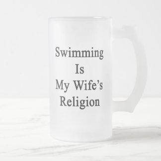 La natación es la religión de mi esposa taza de cristal