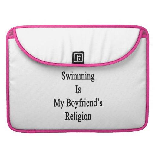 La natación es la religión de mi novio funda para macbooks