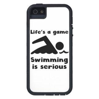 La natación es seria iPhone 5 Case-Mate funda