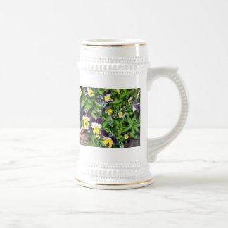 La naturaleza floreció las flores florales de la jarra de cerveza