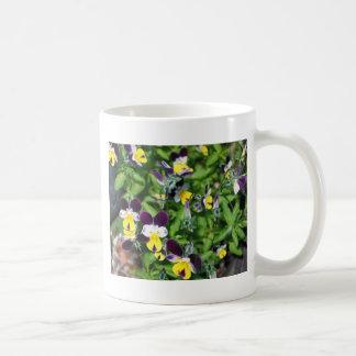 La naturaleza floreció las flores florales de la taza