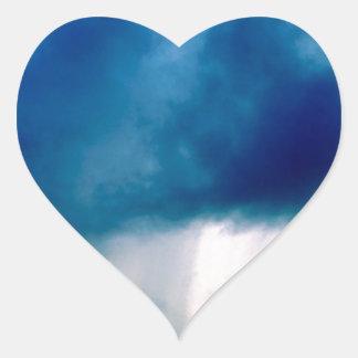 La naturaleza fuerza chaparrón pegatina en forma de corazón