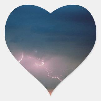 La naturaleza fuerza la atmósfera inestable pegatina en forma de corazón