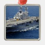 La nave de asalto de carros anfibios USS Peleliu Adorno Navideño Cuadrado De Metal