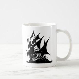 La nave del logotipo de la bahía del pirata taza de café