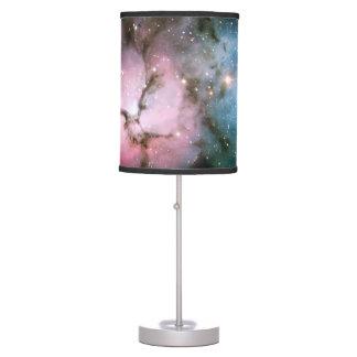 La nebulosa protagoniza el espacio fresco de la na lámpara de mesilla de noche