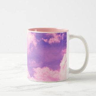 La nebulosa rosada abstracta se nubla el modelo tazas de café