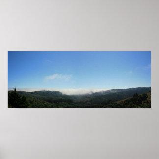 La niebla filtra en el valle, panorámico poster