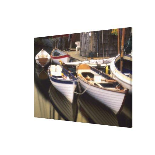 La niebla rodea cuatro barcos atracados lona envuelta para galerias
