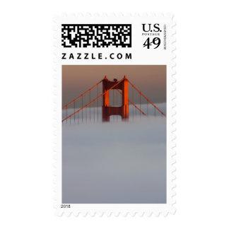 La niebla rueda a través del San Francisco Bay que Sello