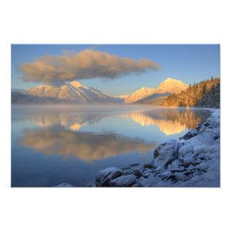 La niebla sube del lago McDonald en un muy frío Fotografía