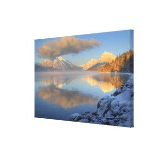 La niebla sube del lago McDonald en un muy frío Impresión En Lienzo