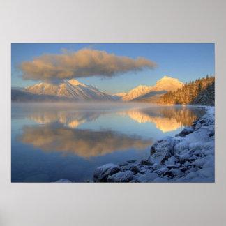 La niebla sube del lago McDonald en un muy frío Póster