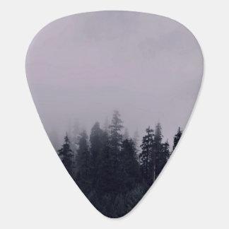 La niebla temática, niebla asoma sobre los tops de púa de guitarra