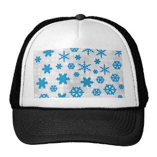 La nieve azul linda del brillo forma escamas en el gorro de camionero