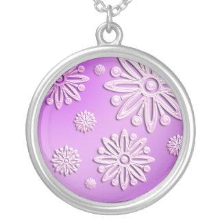 la nieve helada del rosa forma escamas collar