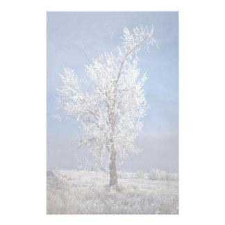 La nieve, la niebla y el árbol cubiertos con escar papelería personalizada