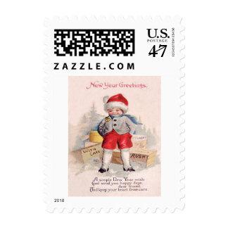 La nieve linda del niño empaqueta el correo sellos postales