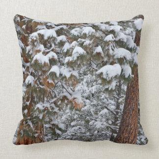 La nieve llena las ramas de los árboles de pino po cojines