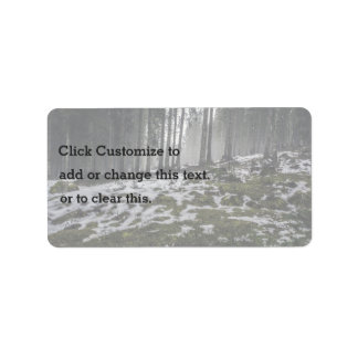 La nieve temática, nieve derrite en el bosque que etiquetas de dirección
