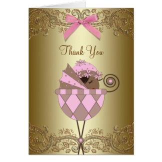 La niña afroamericana rosada le agradece las tarje felicitación