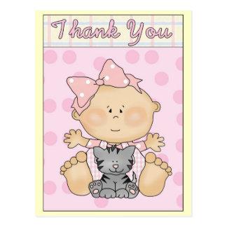 La niña con el gatito gris le agradece cardar postal