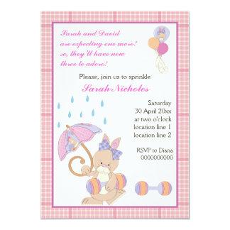 La niña del conejito asperja la frontera rosada de invitación 12,7 x 17,8 cm