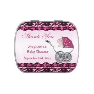 La niña en fiesta de bienvenida al bebé rosada del frascos de caramelos