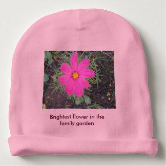 La niña hermosa brilla en el jardín de la familia gorrito para bebe